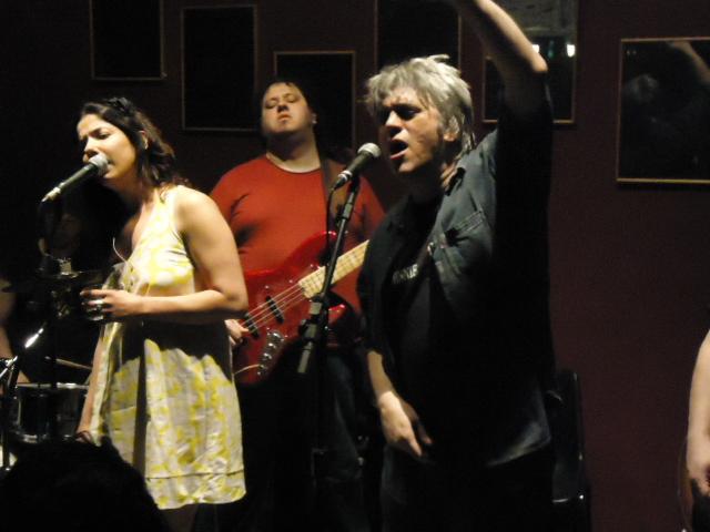 Fernanda D'Umbra e Mário Bortolotto cantando Nossa Vida Não Vale Um Chevrolet